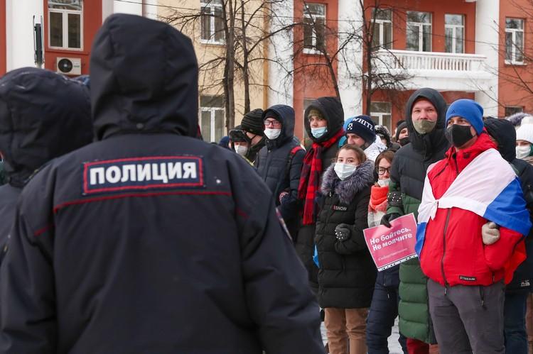 Детей на проходящих несанкционированных акциях действительно много. Фото: Максим Киселев/ТАСС