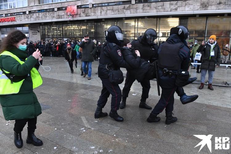 Самых ретивых протестующих задерживали аккуратно.