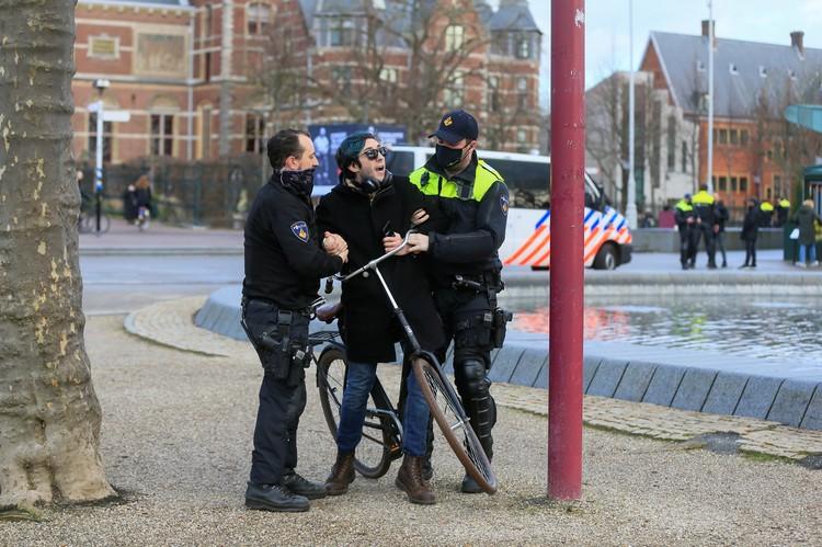 В стране были задержаны десятки наиболее буйных протестующих.