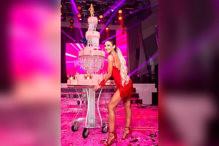 Ольга Бузова со своим шикарным тортом.