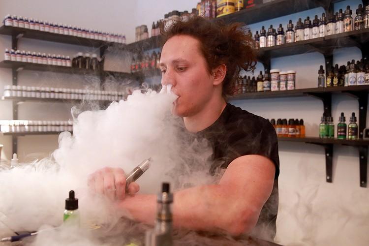 Выставлять на витрину разного рода электронные сигареты и жидкости для них теперь нельзя. Фото: Сергей Фадеичев/ТАСС