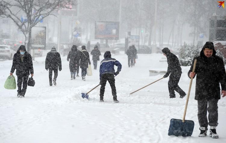 Чистят снег не только сотрудники коммунальных служб