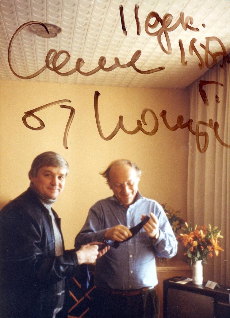 На этом фото Бродский с тем самым галстуком от Пастернака. А на память Стефановичу поэт оставил автограф.