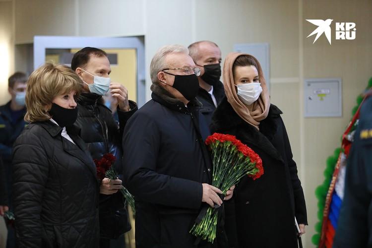 Проститься с пожарными пришел губернатор Красноярского края Александр Усс
