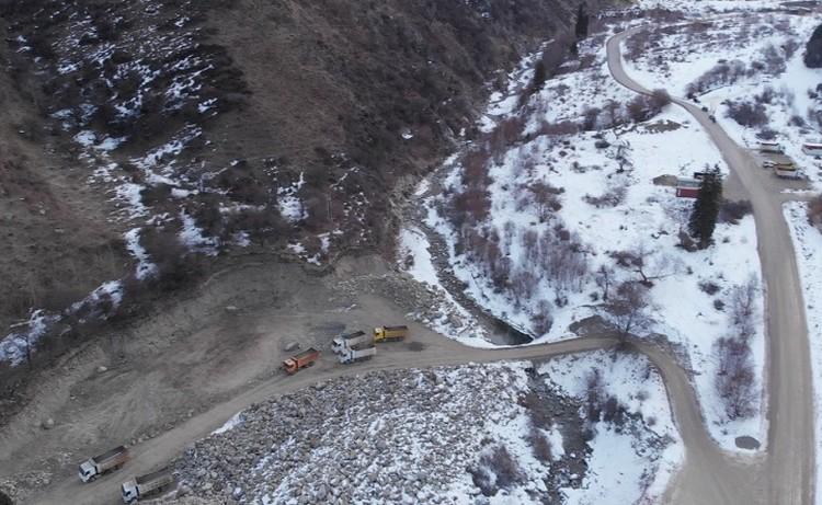Вид с беспилотника на строящуюся селезащитную плотину в верховьях реки Большой Алматинки.