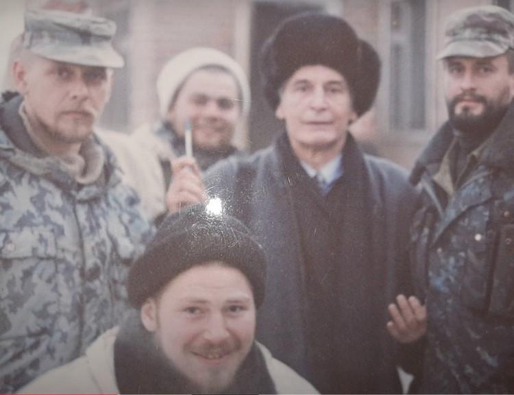 Фото Сергея с актером Василием Лановым времен Чеченской кампании.