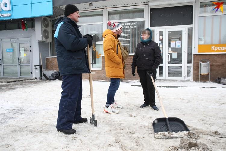 Лариса убирает в банке, но сегодня ее попросили еще и снег расчистить