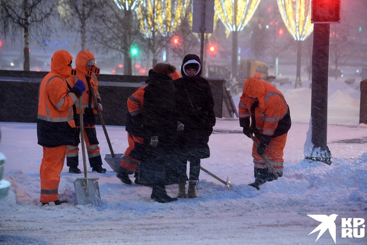 Работники коммунального хозяйства вышли на борьбу со снегом.