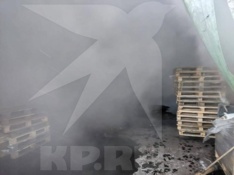 В экстренных службах Москвы сообщили об обрушении крыши складского помещения. Фото:предоставлено очевидцами.
