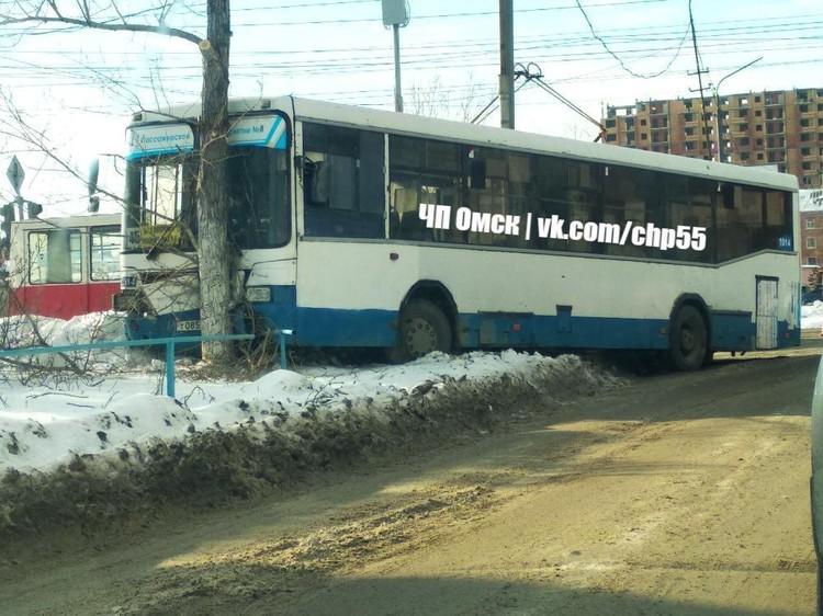 Автобус вылетел с дороги и врезался в фонарный столб.