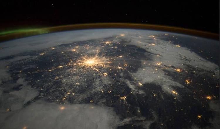 Земляне сияют своими мегаполисами на все окрестности - никакой светомаскировки, будто одни во Вселенной.