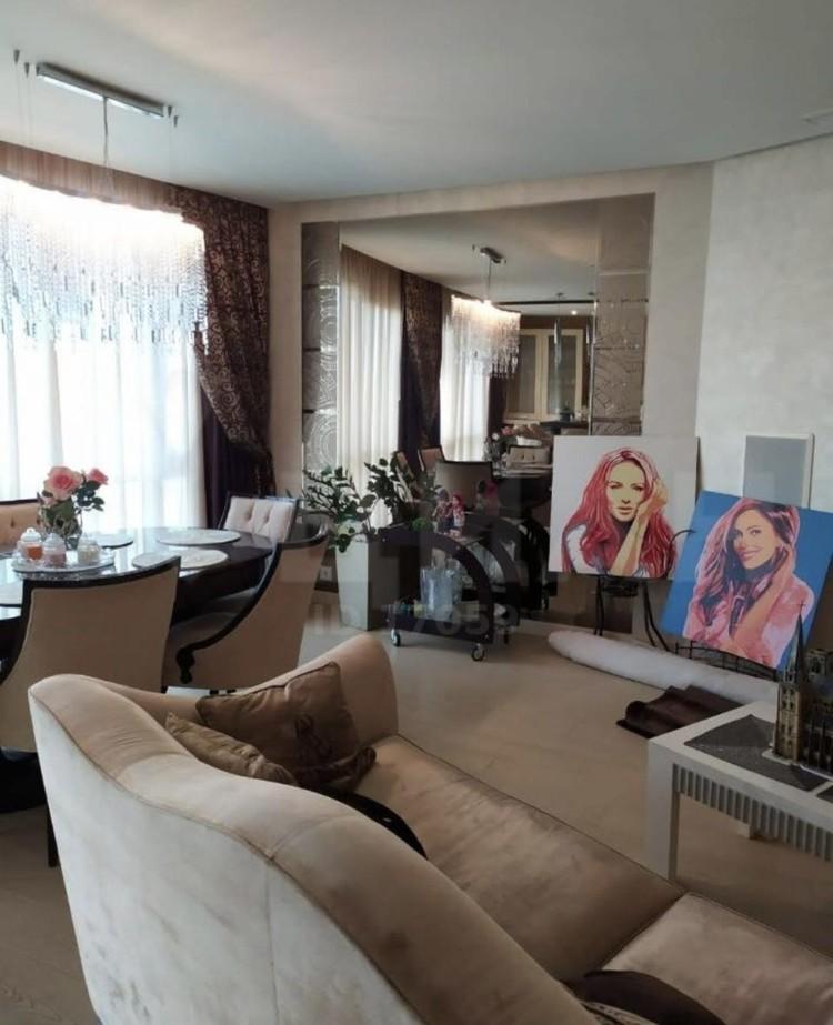 В квартире Юлии Началовой до сих пор остались ее портреты. Фото: www.cian.ru