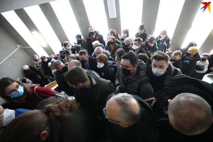 На процесс пришли несколько десятков человек, но никого, кроме близких родственников и журналистов государственных СМИ не пропустили.