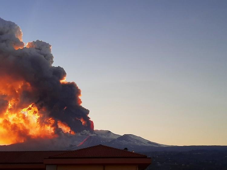 Этна выбрасывала пепел на высоту около 1,7 км.