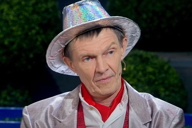 Сергей надел свой фирменный костюм. Фото: скриншот из видео.