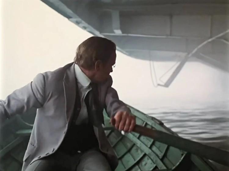В снятом несколько лет спустя «Жестоком романсе» Рязанову больше всего запомнились съемки одной сцены. Где Мягков-Карандышев, нанимает лодку и плывет на ней к «Ласточке», а на фоне лодочки идет массивный колесный буксир.