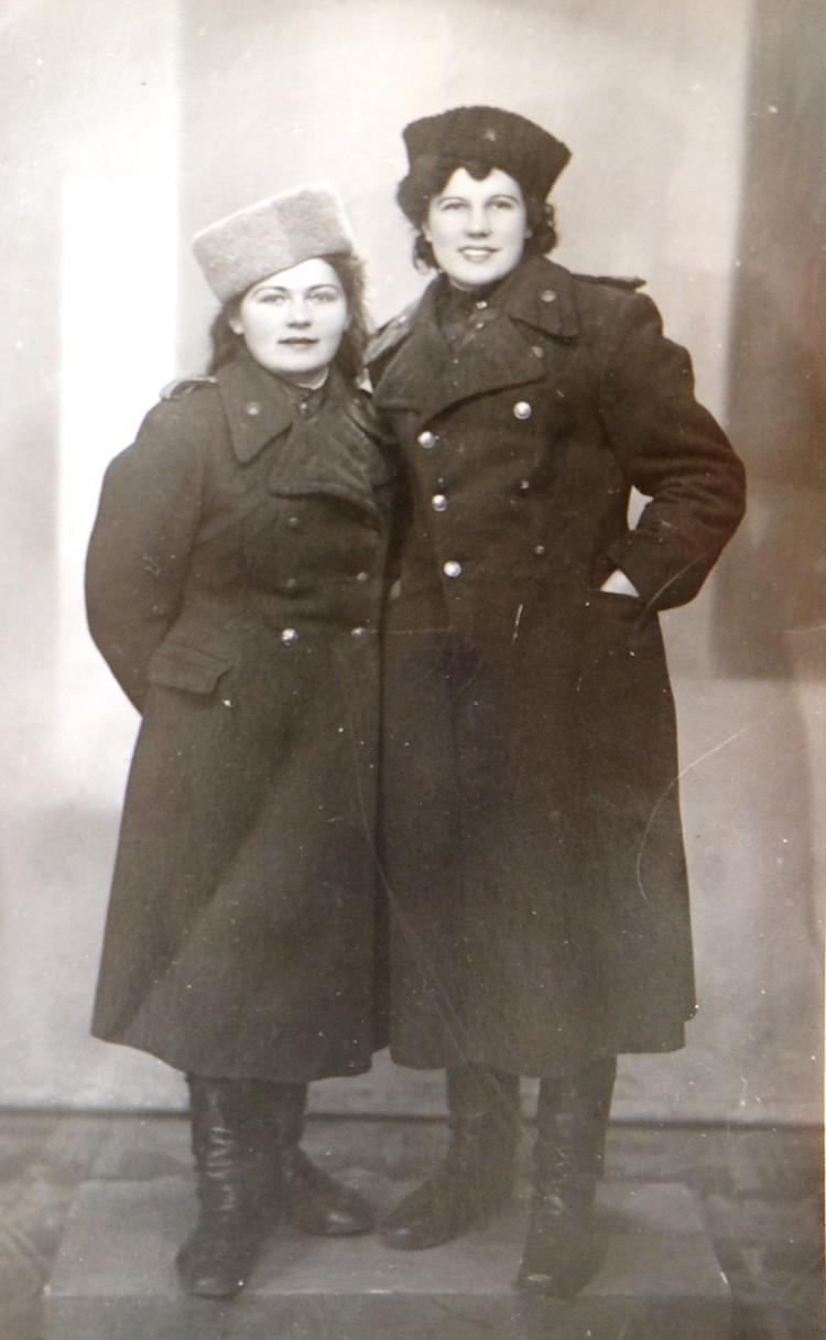 Евдокия (слева) и ее подруга Катя. Гнезно, 7 апреля 1945 года.