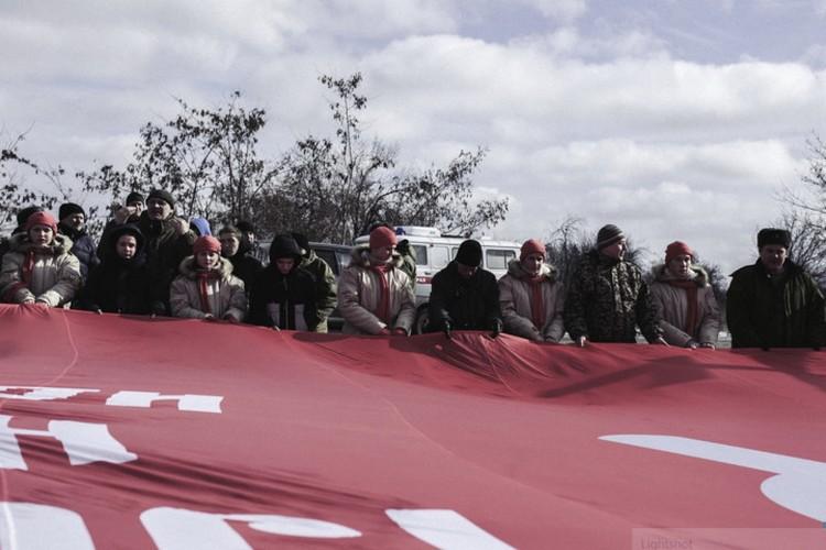 Жители республик Донбасса развернули 200-метровое Знамя Победы. Фото: vk.com/mrespublika