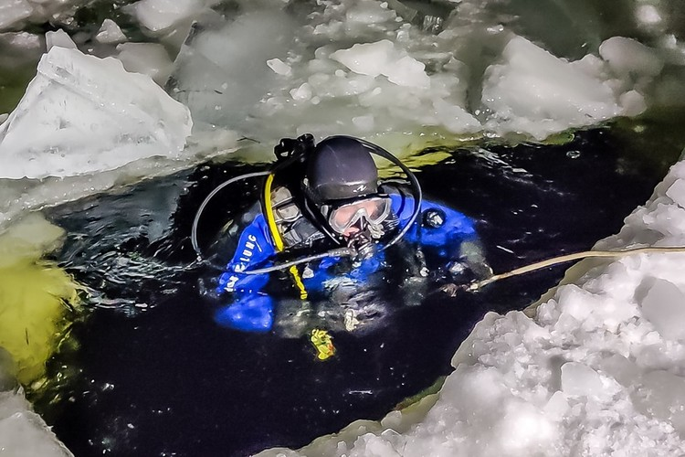Водолазы подняли тело машиниста из воды, а шнек остался на глубине. Фото: ГУ МЧС России по МО