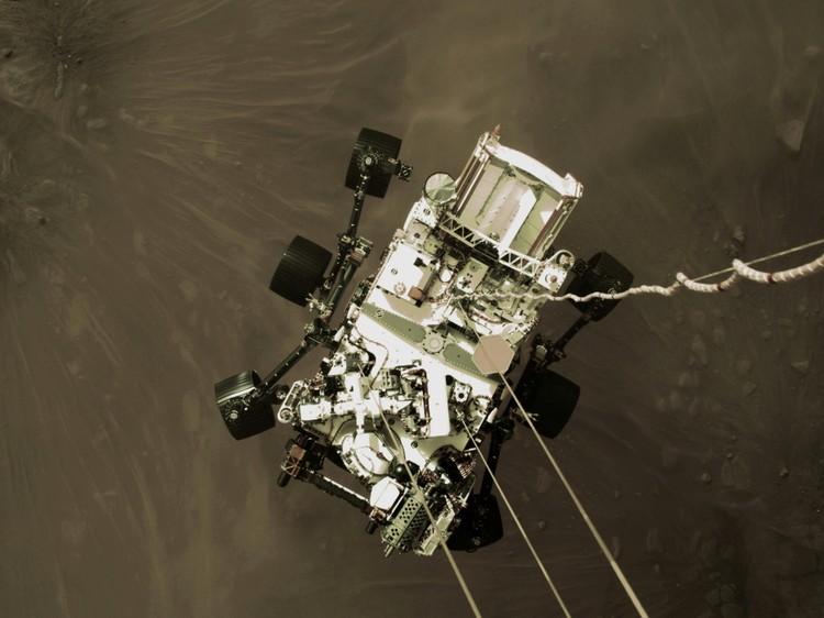 Снимки марсохода сделаны камерой на посадочном модуле, когда аппарат находился на высоте около двух метров над поверхностью Марса