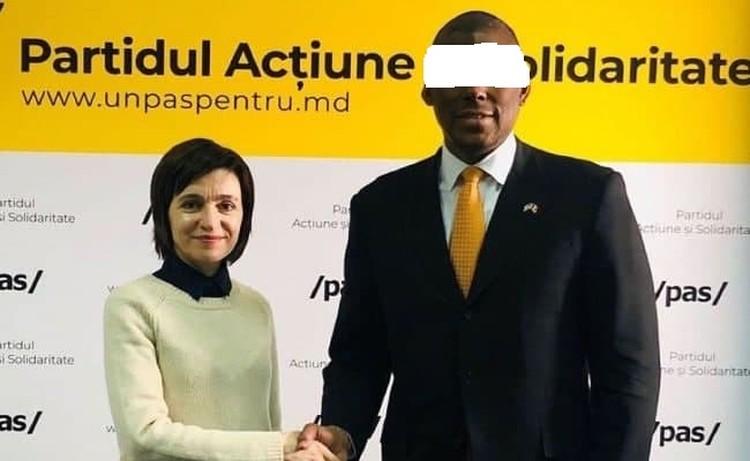 """Санду у билборда партии""."