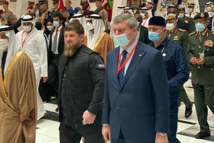 На выставке в ОАЭ вице-премьер Олег Уруский оказался по левую руку от главы Чечни Рамзана Кадырова. Фото: facebook.com/dshmyhal/
