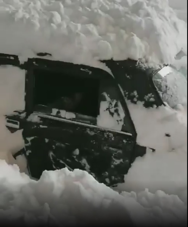 Машина оказалась полностью под снегом