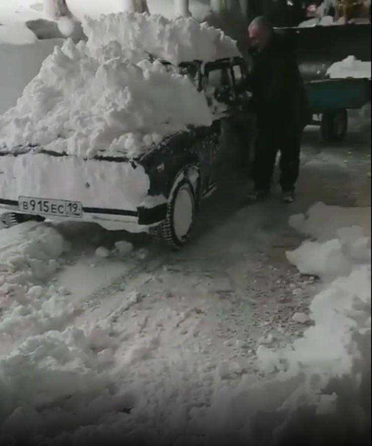 Спасатели и дорожники совместными усилиями вытащили автомобиль из снежного плена