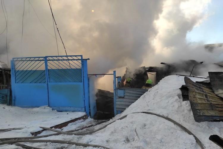 Дым от пожара было видно далеко от места происшествия. Фото: пресс-служба МЧС по Новосибирской области