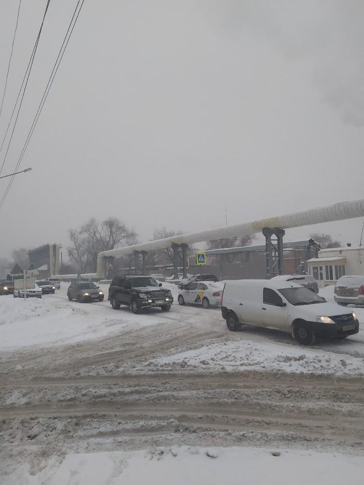 По словам местных жителей, снег не чистили всю зиму.