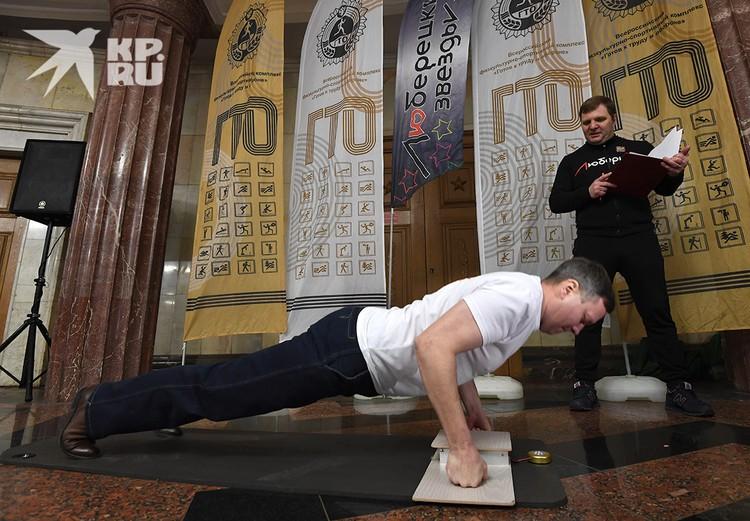 Прямо в вестибюле станции метро «Курская» мужчинам предложили сдать нормы ГТО.