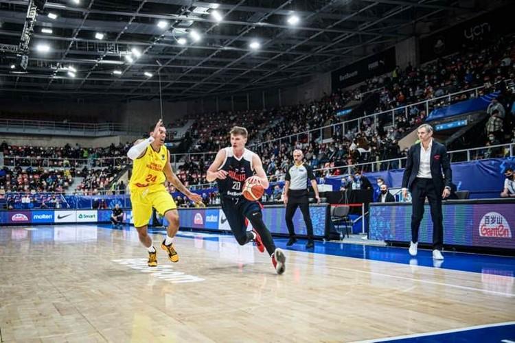 Капитан сборной России Андрей Воронцевич ведет команду в атаку в матче с Северной Македонией. Фото: предоставлено пресс-службой FIBA.