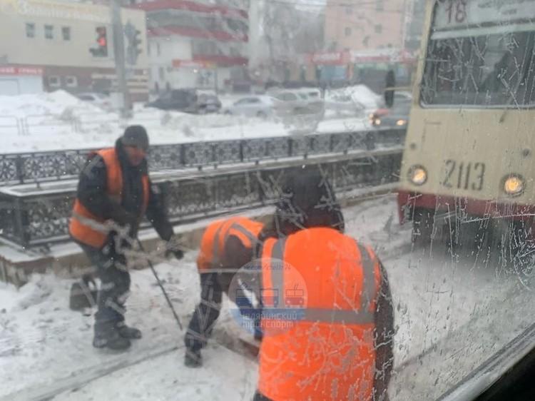 Транспортники откапывают трамвайную стрелку. Фото: Челябинский транспорт/vk.com