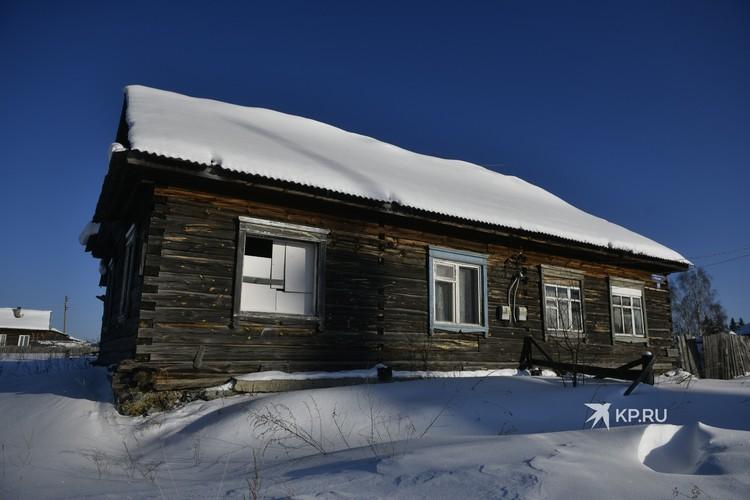 Семья Стаса Уткина жила в этом трехквартирном доме. Сейчас он заброшен
