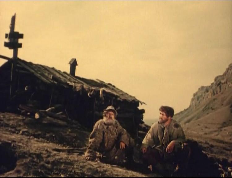 """В такой избушке русские робинзоны провели шесть зим и лет. Кадр из фильма """"Море студеное""""."""