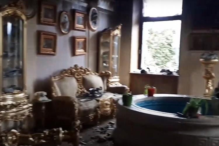 В гостинной можно принимать гостей и вести светские беседы у фонтана. Обратите внимание на золотые шкафы-витрины. Такие делают только на заказ.