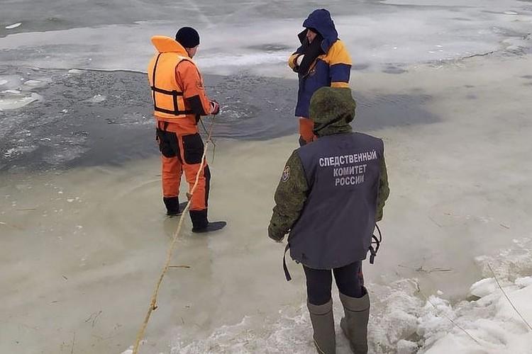 Чтобы найти тела затонувших членов семьи, на место выезжали следователи, спасатели и полицейские.