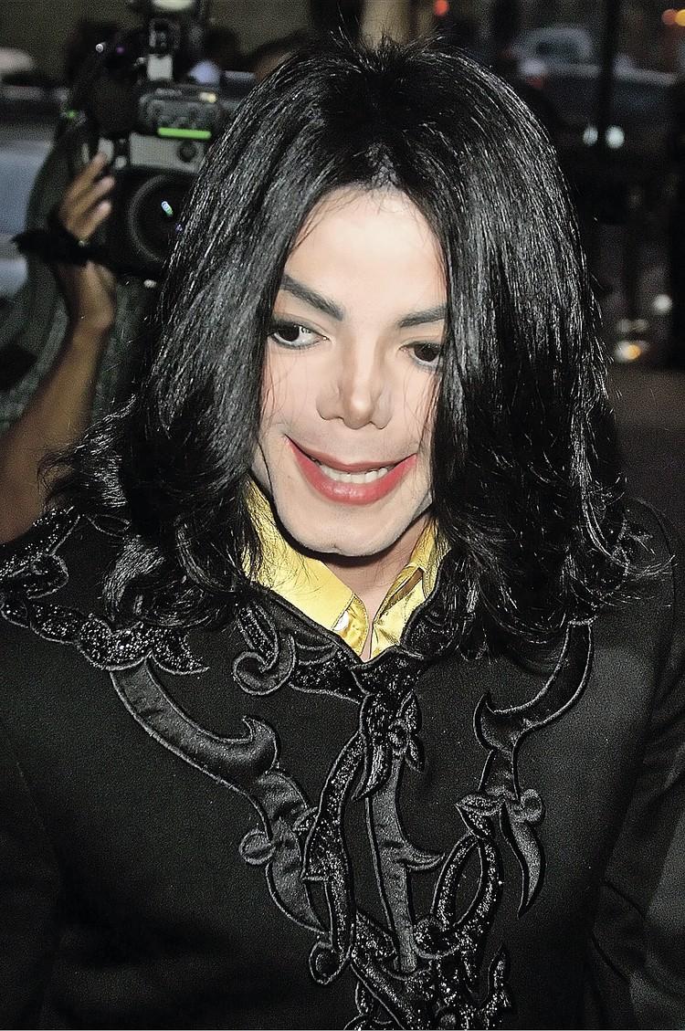 Кончик носа у Майкла Джексона омертвел после неудачной пластики. Поп-король до конца жизни носил накладной протез. Фото: Colin KNIGHT/Global Look Press