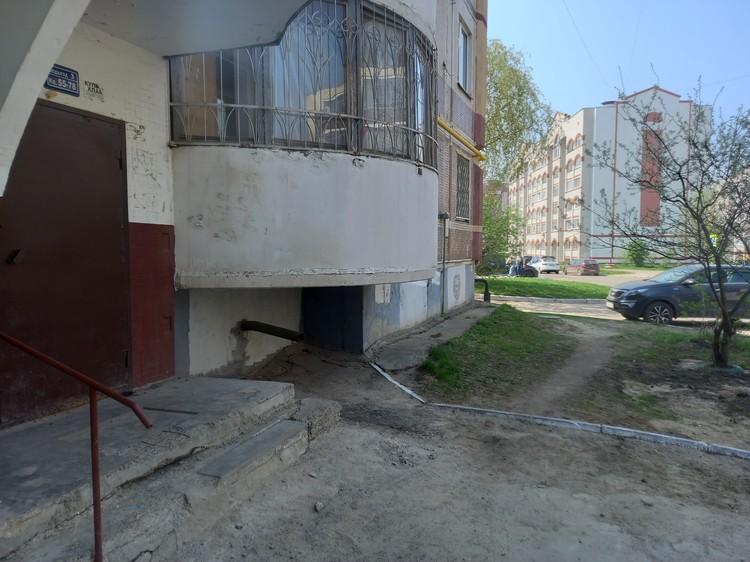 Вход в подъезд, где жил Галявиев, люди до сих пор открывают дверь с опасением.