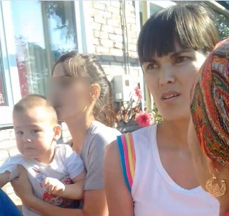 Жамиля (на первом плане), приехавшая с сестрой, буквально силой вырвала ребенка из рук бабушки.