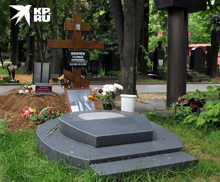 Еще пару дней назад на могиле Галины Борисовны стоял простой деревянный крест
