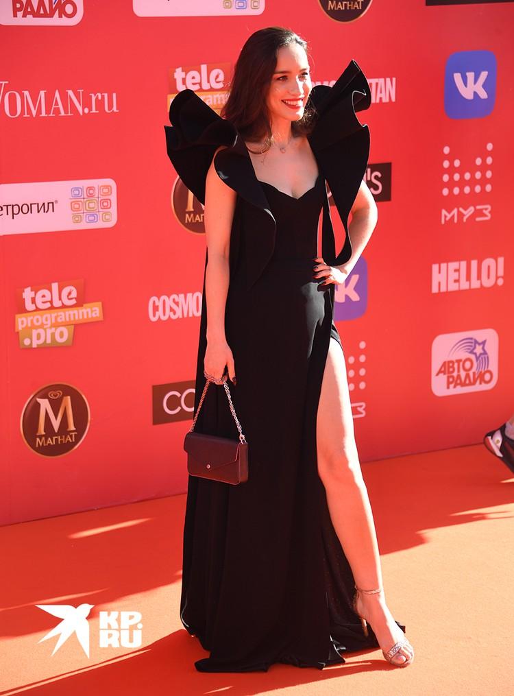 Платье певицы охватило три модных тренда