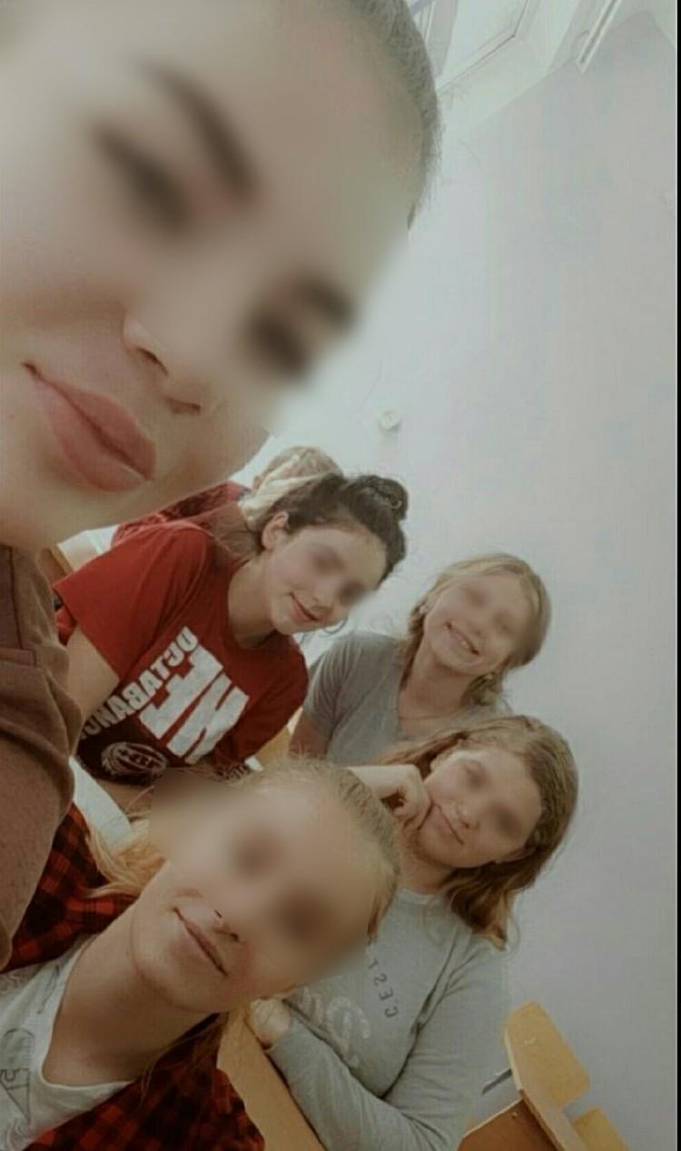 Дашу (на фото - по центру в красном) любили все. Смерть девушки стала для ее друзей большим горем.