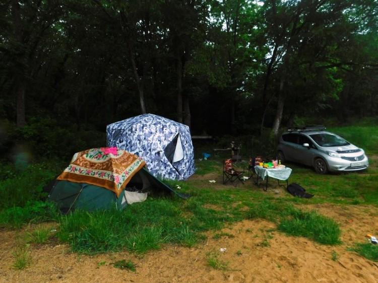 Туристы словно в спешке покидали лагерь, не закрыли машину и палатки, а также оставили еду и личные вещи. Фото: пресс-служба УМВД России по Приморскому краю.