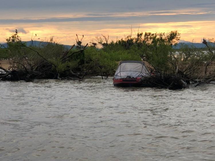 Лодку, запутавшуюся в ветвях, нашли в семи километрах от лагеря. Фото: пресс-служба УМВД России по Приморскому краю.
