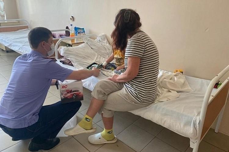 Следователи навестили в больнице маленького туриста, мальчик уже пошел на поправку. Фото: СУ СК по ПК.