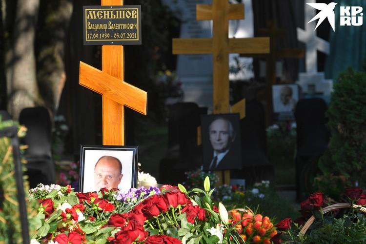 Похоронили Владимира Меньшова на Новодевичьем кладбище рядом с Василием Лановым.