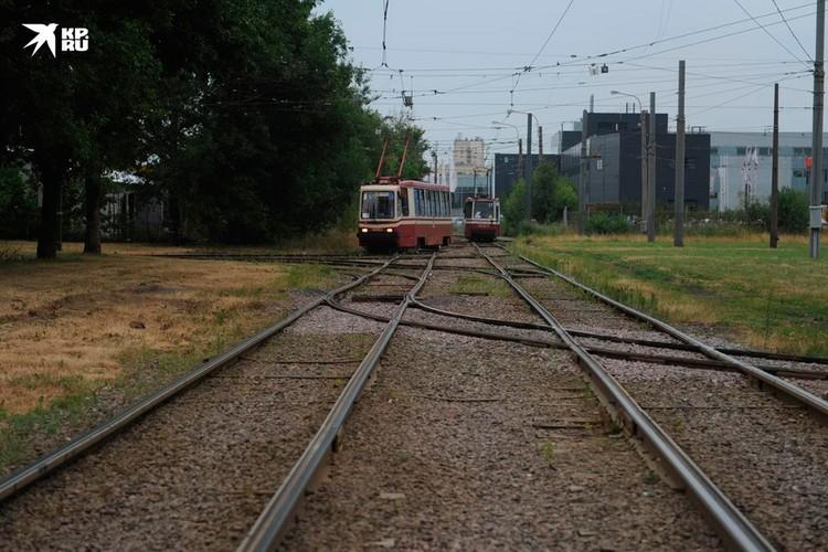 По дороге к месту смерти Лобанова - частные сектора, трамвайные пути и огромный парк