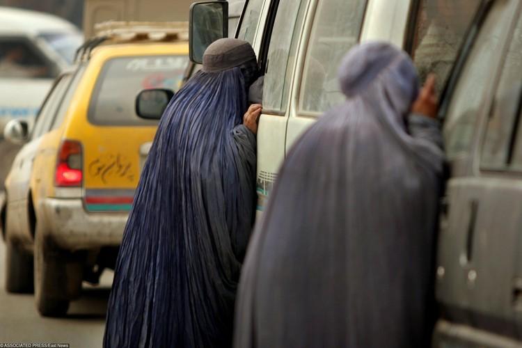 С 1996 по 2001 год талибы не разрешали девочкам учиться даже в школах, а женщины могли работать только дома.
