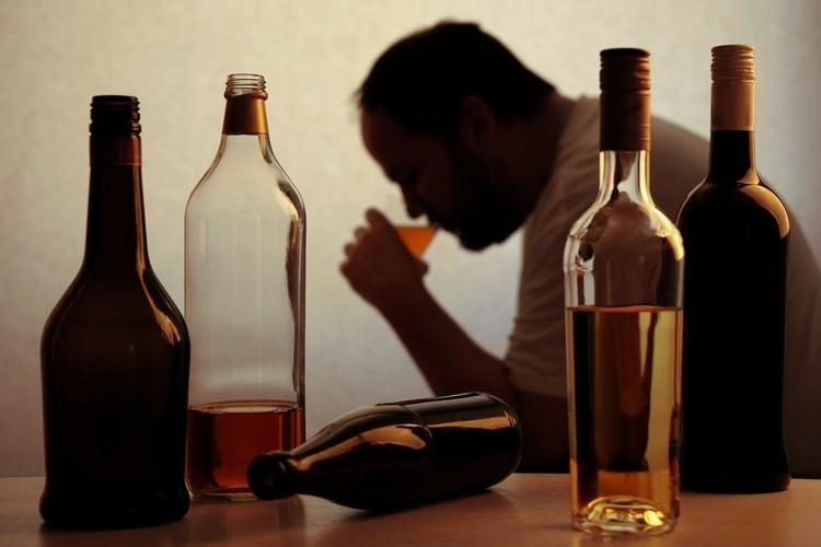 Если у человека в семье родственники регулярно выпивали и друзья тоже пьющие, то здесь с большой долей вероятности не генетика виновата.
